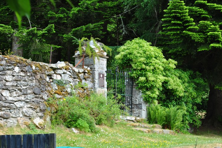 Leckine burial ground is not easy to find, it can be accessed through a small wooden gate in between a row of modernised cottages, Earnknowe. Once passed the houses you enter the burial plot through a gate.