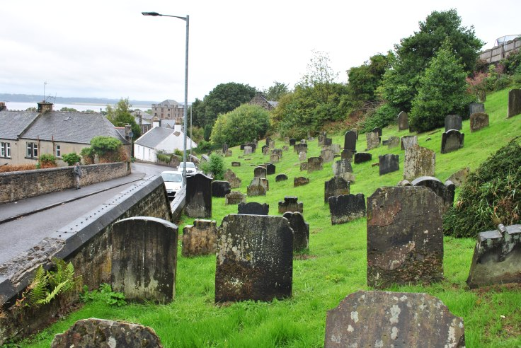 The old graveyard of Bo'ness is split in half by the road leading steeply uphill, the Church Wynd. One part sits tight into the brae above the road, the other below behind the grey and desolate back of the former Star Cinema.